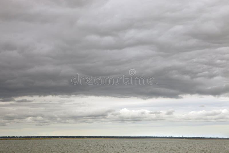 Onweerswolken over het water royalty-vrije stock fotografie