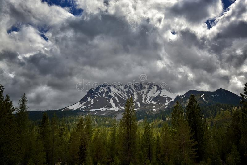 Onweerswolken over Lassen-Piek, het Vulkanische Nationale Park van Lassen royalty-vrije stock afbeelding