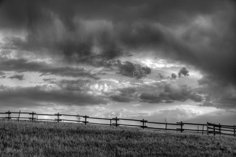 Onweerswolken over prairie royalty-vrije stock foto