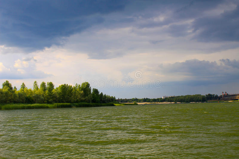 Onweerswolken over rivier Dnieper stock foto