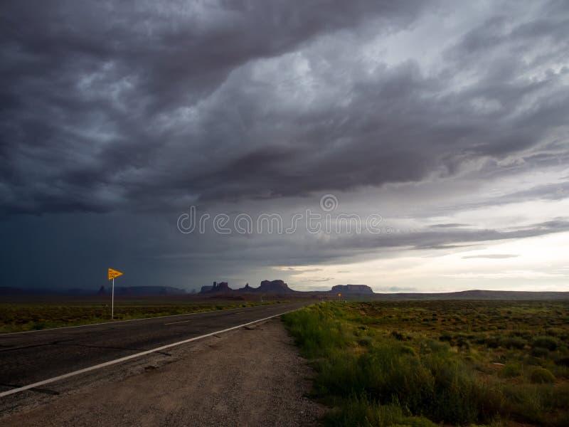 Onweerswolken over Woestijnweg en Monumentenvallei royalty-vrije stock foto