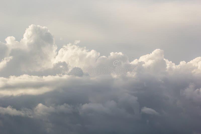 Onweerswolken vóór een onweersbui stock afbeeldingen