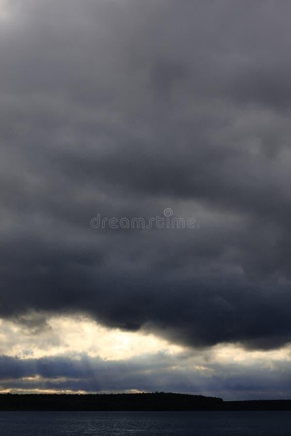 Onweerswolken v??r de regen Mooie grijze hemel royalty-vrije stock afbeeldingen
