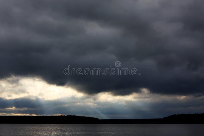 Onweerswolken v??r de regen Mooie grijze hemel stock afbeelding