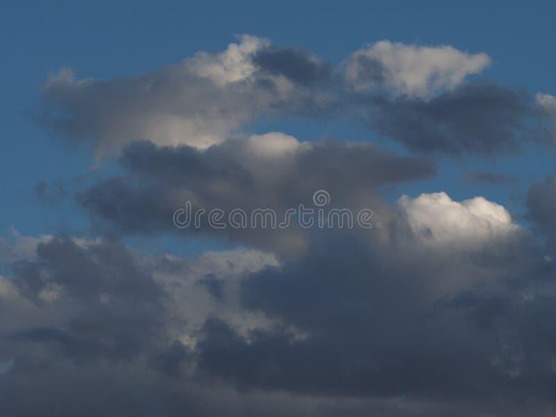 Download Onweerswolken, Wolken Van Grijze Dekkingshemel Stock Afbeelding - Afbeelding bestaande uit blauw, elementen: 107702695