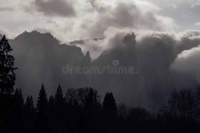 Onweerswolken in Yosemite-Vallei stock afbeeldingen
