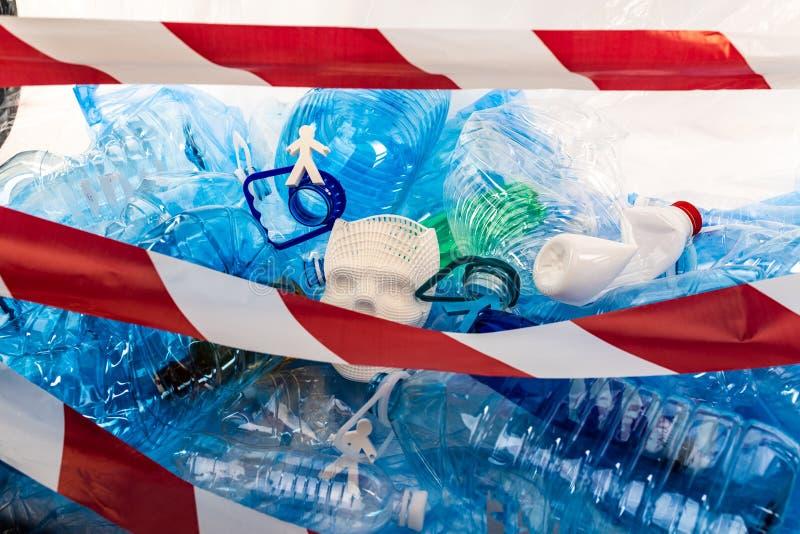 Onwerkelijke modellen die van bevolking met onverwerkt plastic huisvuil worden gesloten royalty-vrije stock afbeelding