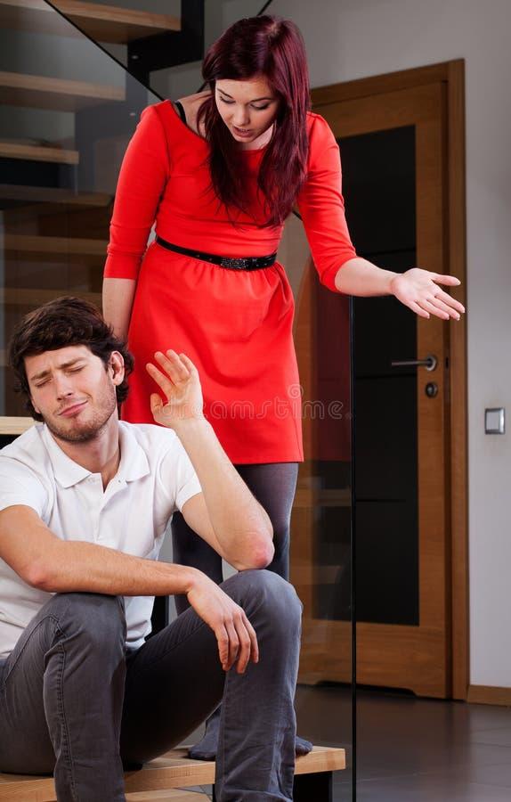 Onwetende echtgenoot en pietluttige vrouw stock foto