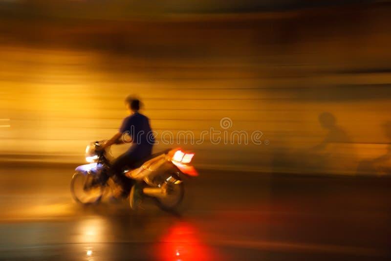 Onwettige straat het rennen motorfiets bij nacht stock afbeeldingen