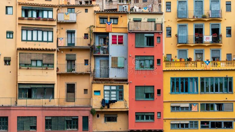 Onyar河,希罗纳,西班牙的河岸的多色的房子 库存照片