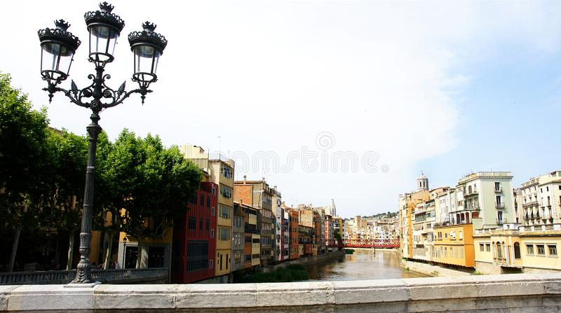 Onyar floden Girona arkivbild