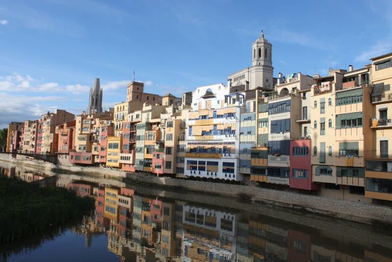 Onyar flodkorsning Girona med dess typiska kulöra hus arkivfoto
