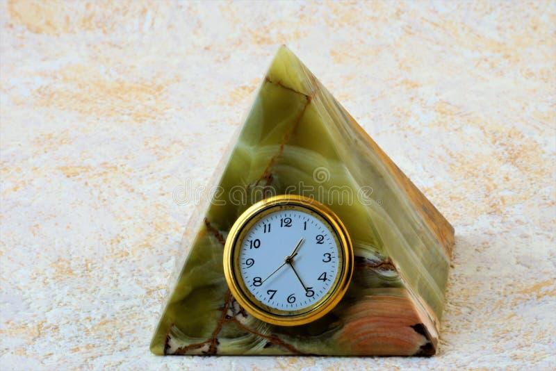 Onyxstenpyramid med klockan royaltyfria foton