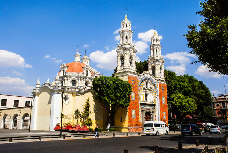 Onze Dame Of Guadalupe Church met auto's in Puebla, Mexico stock afbeelding