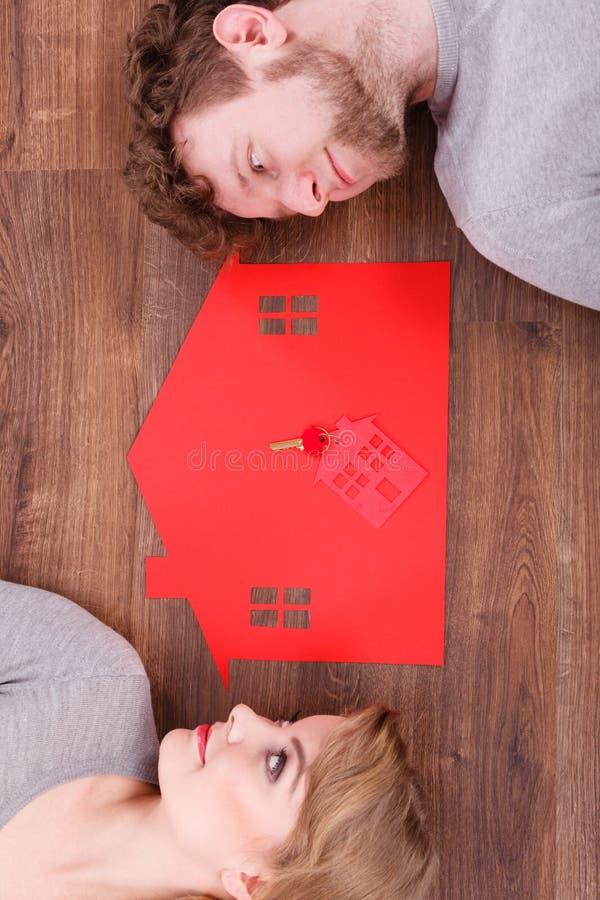 Onze het nieuwe huispaar dromen stock fotografie