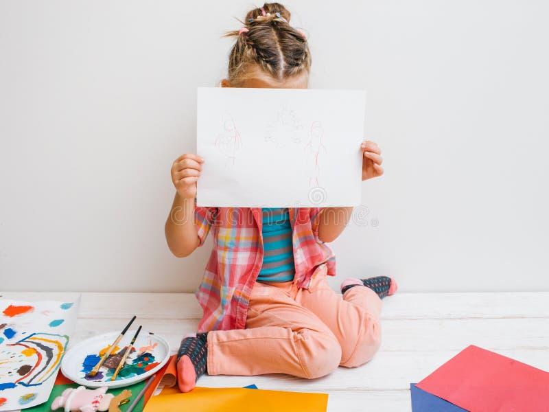 Onzeker de babymeisje van kunstenaarsShy stock afbeeldingen