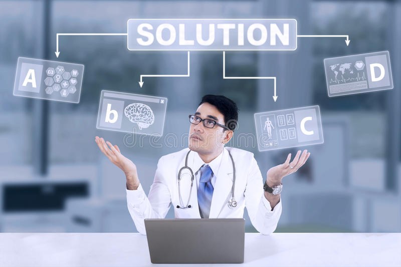 Onzekere mannelijke arts met oplossing stock afbeelding