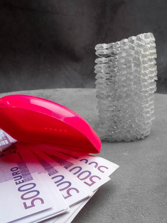 Onzichtbare tandaligner om tanden en geldcontant geld, doos recht te maken, kost concept stock afbeelding