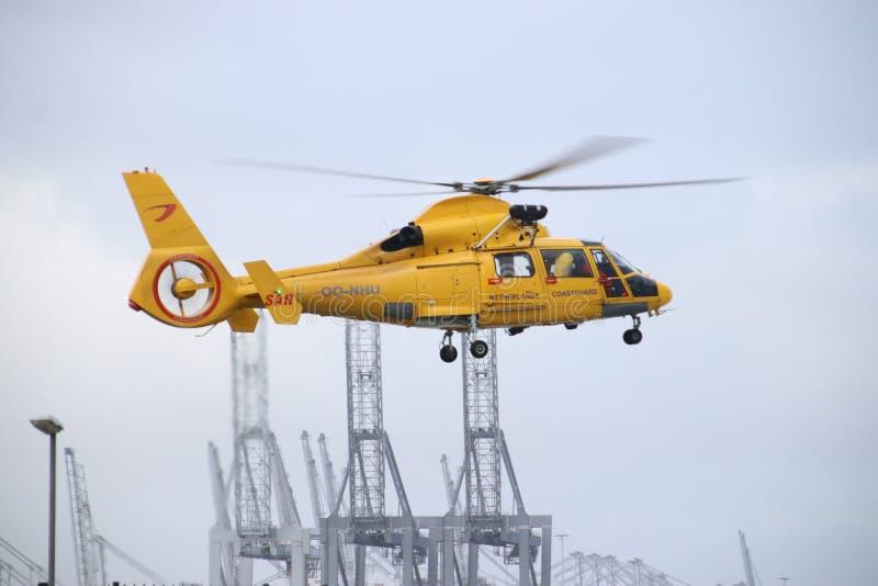 Oo-NHU το ελικόπτερο από την ακτοφυλακή στις Κάτω Χώρες αφήνει την πλατφόρμα για τη δράση στο λιμάνι Europoort στο λιμένα της απο στοκ εικόνες