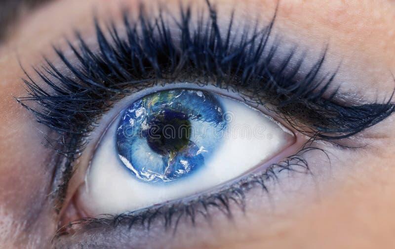 Oog met binnen de Wereld De aarde is droevige toe te schrijven aan verontreiniging, oorlogen, terrorisme Bol door NASA wordt vers stock afbeeldingen
