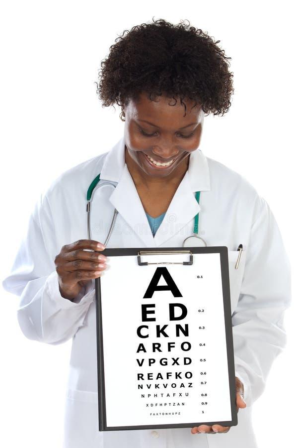 Oogartsvrouw met een grafiek van het visieexamen stock foto's