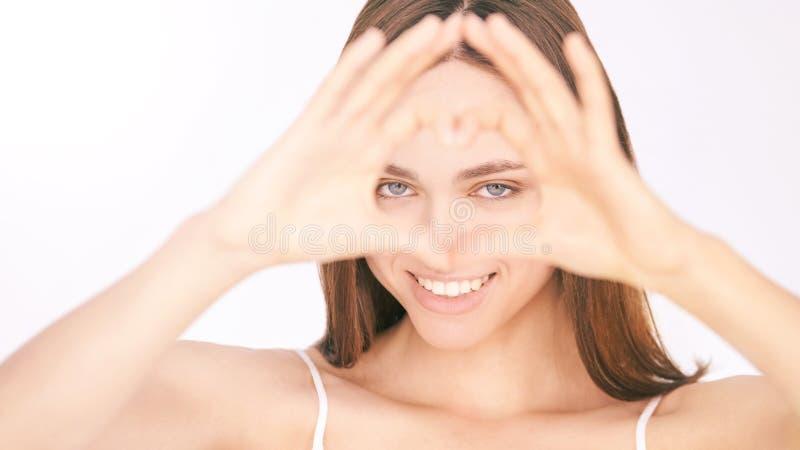 Ooggezondheidszorg Jonge Mooie Vrouw liefdegebaar stock foto's