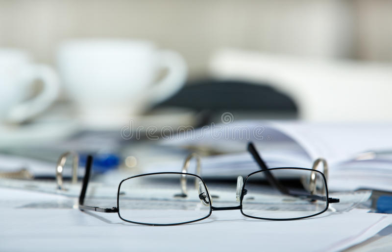 Oogglazen en documenten stock afbeeldingen
