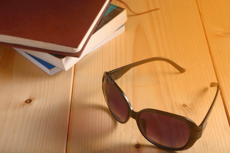 Oogglazen en stapel boeken op houten lijst royalty-vrije stock fotografie
