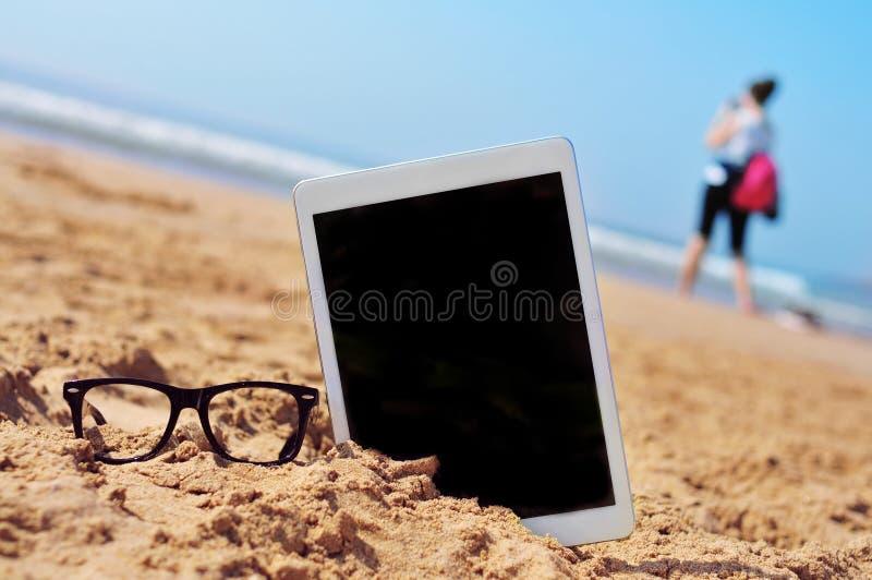 Oogglazen en tablet met zwarte lege ruimte in het scherm, in t stock fotografie