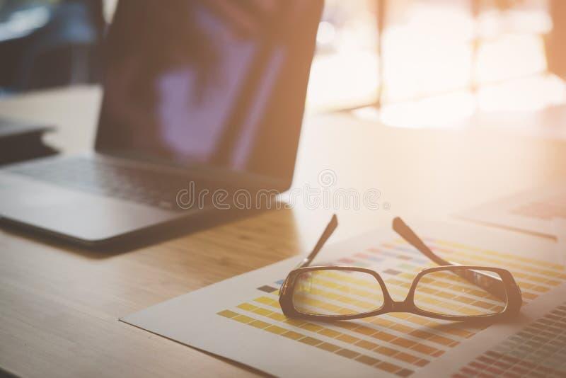 oogglazen, kleurenmonster op bureau grafische ontwerper worksp royalty-vrije stock afbeeldingen