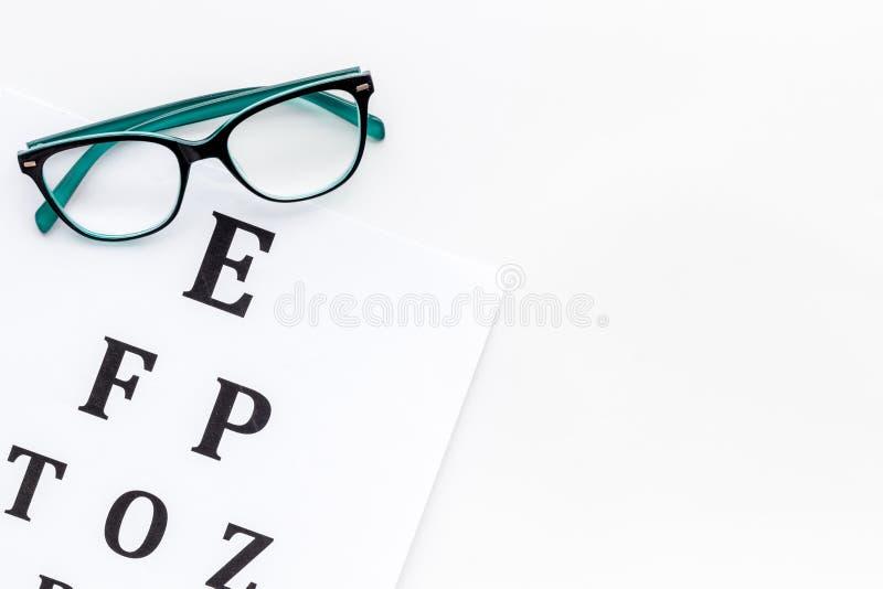 Oogonderzoek De grafiek en de glazen van de zichttest op witte achtergrond hoogste meningsruimte voor tekst stock fotografie