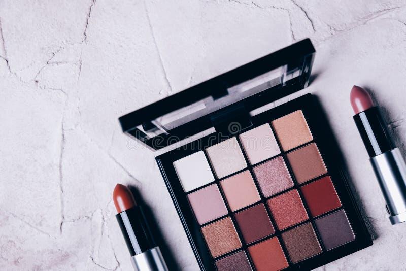 Oogschaduw en lipsticks op lichtachtergrond stock foto's