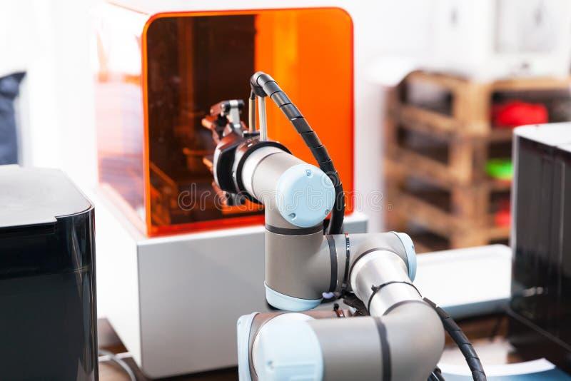 Oogst en plaats, toevoeging, kwaliteit testen of machine die robotwapen neigen stock afbeeldingen
