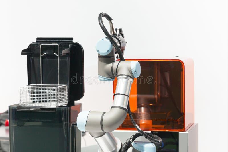 Oogst en plaats, toevoeging, kwaliteit testen of machine die robotwapen neigen royalty-vrije stock foto's