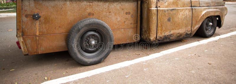Oogst oude roestig geparkeerd op straat stock fotografie