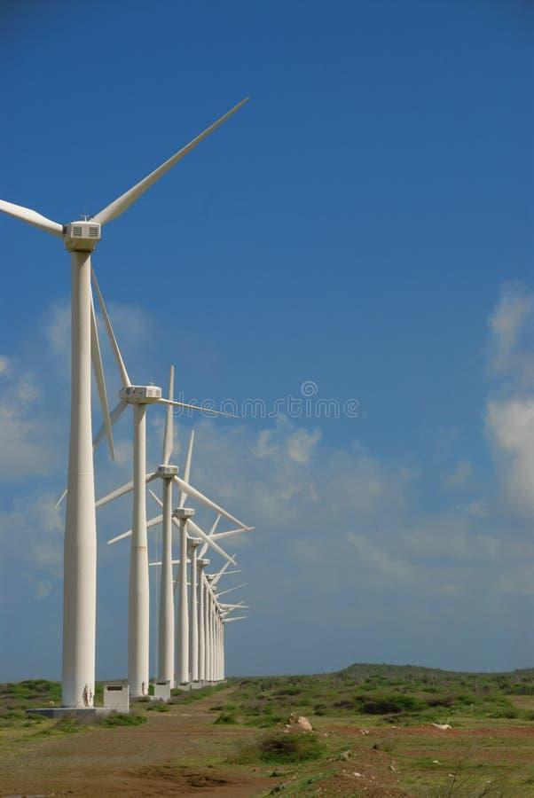 Oogst van de landbouwbedrijf de moderne wind stock afbeeldingen