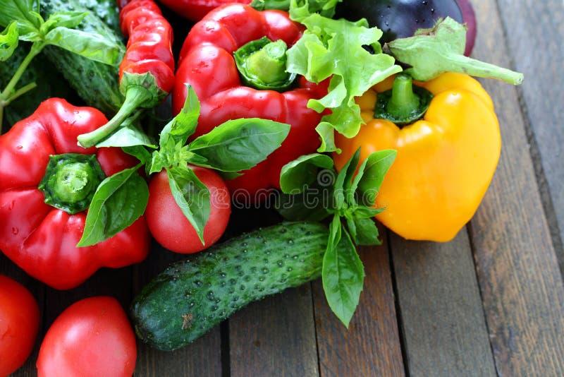 Oogst van verse groenten op de lijst stock afbeelding