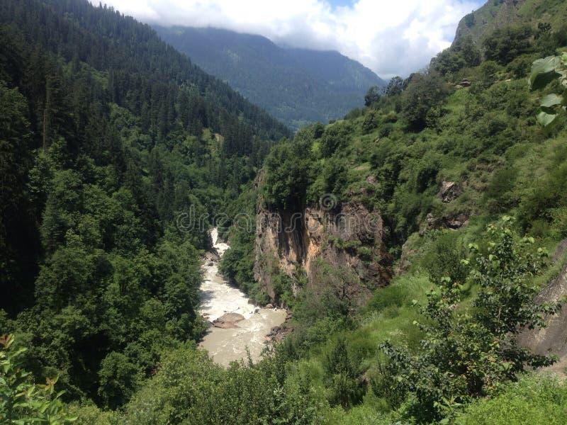 Ooit groene bergen en rivier royalty-vrije stock afbeeldingen