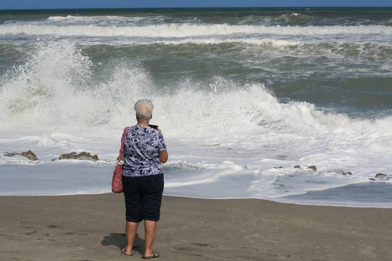 Ooking an den Meereswellen stockbild