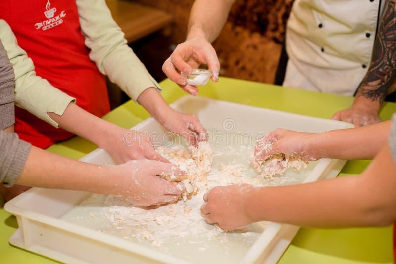 ? ooking pizza z różnorodnymi składnikami w kawiarni na stole obraz stock