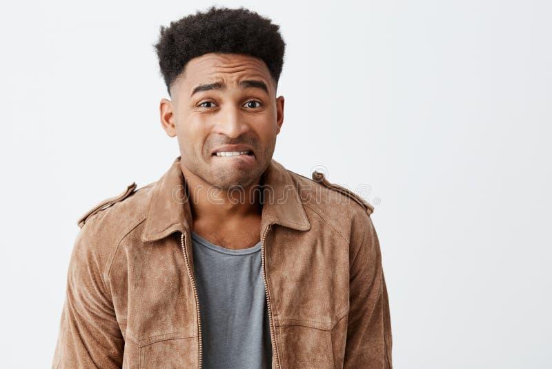 oops 不快乐的年轻悦目美国黑人的人画象有卷发的在看的偶然时髦的衣裳 图库摄影
