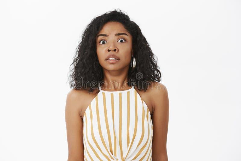 Oops problemas do cheiro Retrato da mulher afro-americano bonita ansiosa chocado com o penteado encaracolado que está dentro imagem de stock