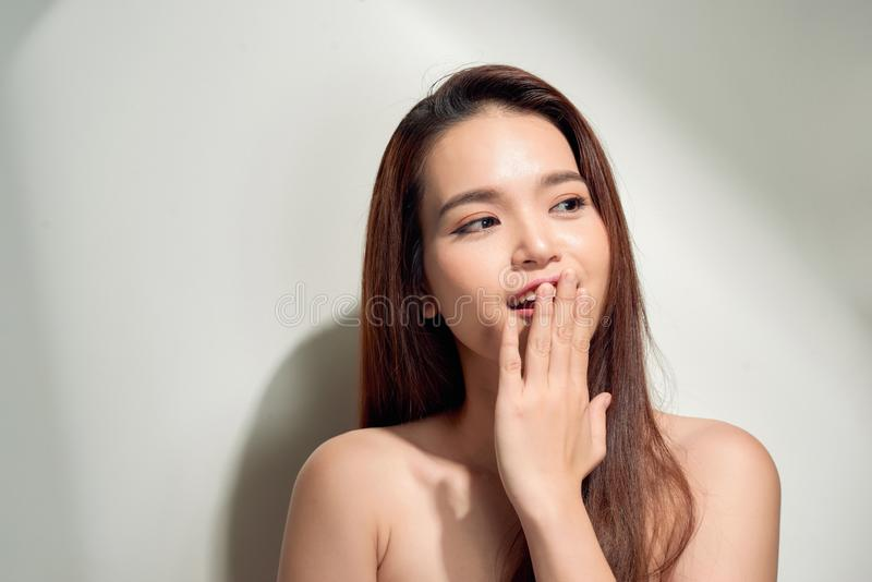 Oops! Verraste jonge Aziatische vrouw die mond behandelen met handen en het staren royalty-vrije stock fotografie