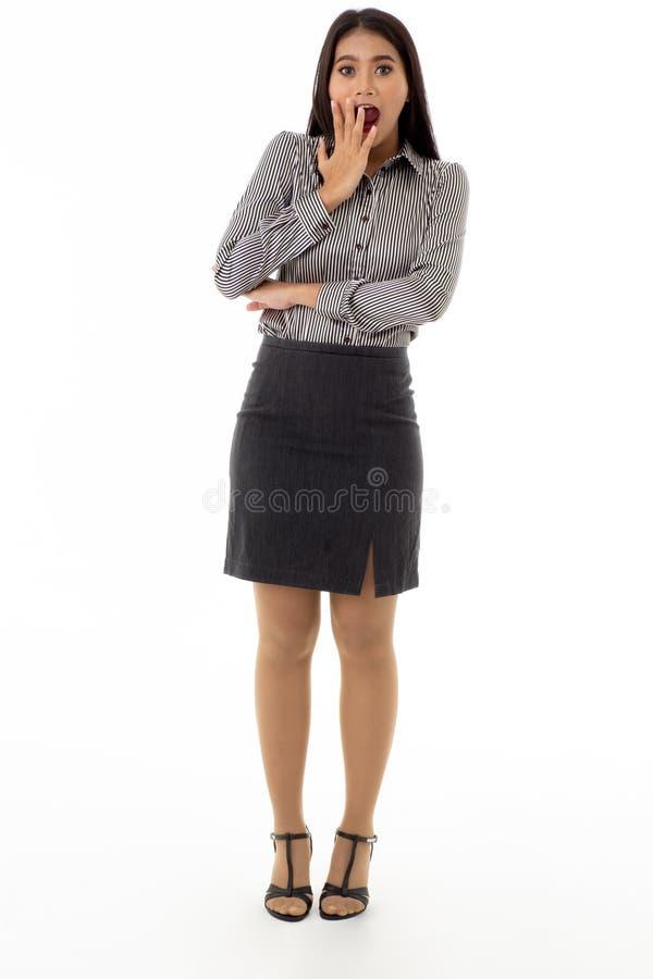 Oops, vrij jonge Aziatische bedrijfsvrouwentribune met verrassende gezichtsuitdrukking stock fotografie