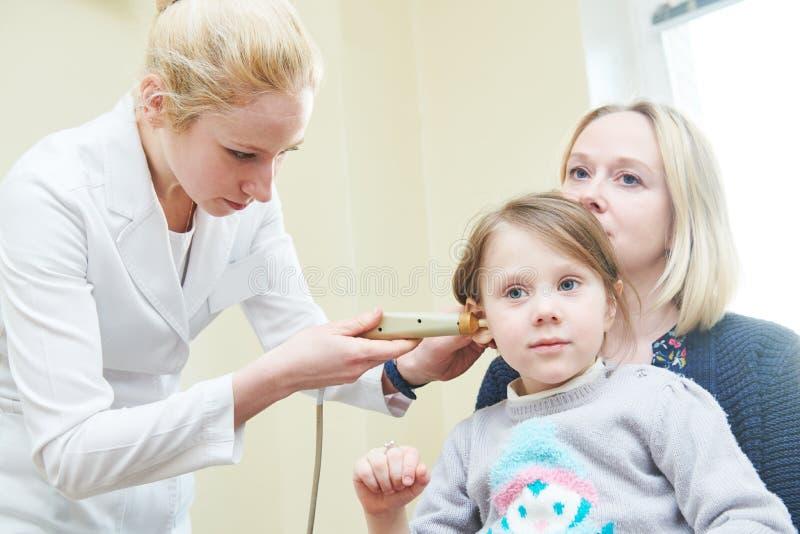 Oor, neus, keel het onderzoeken ENT arts met een kind en een endoscoop otorinolaryngologie stock afbeeldingen