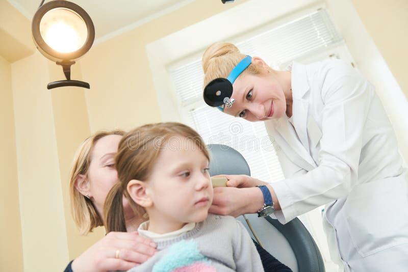 Oor, neus, keel het onderzoeken ENT arts met een kind en een endoscoop otorinolaryngologie royalty-vrije stock afbeeldingen
