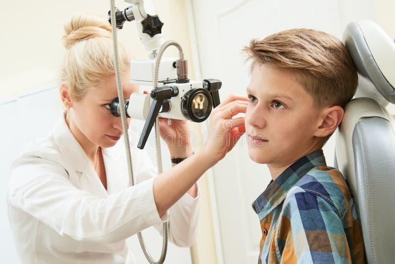 Oor, neus, keel het onderzoeken ENT arts met een een kindpatiënt en endoscoop stock afbeelding