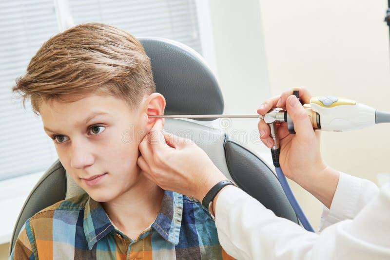 Oor, neus, keel het onderzoeken ENT arts met een een kindpatiënt en endoscoop stock fotografie