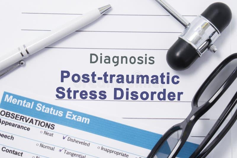 Oordning för diagnosPosttraumatic spänning Medicinsk anmärkning som omges av den neurologic hammaren, mental statusexamen med en  royaltyfria bilder