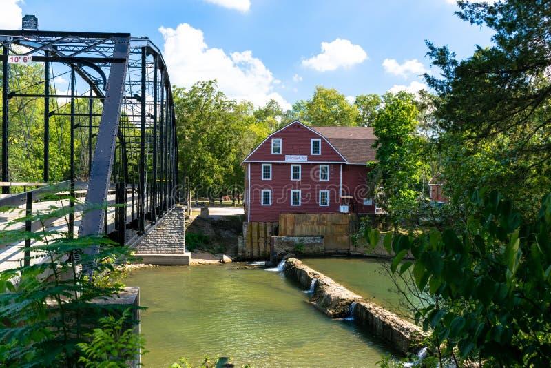Oorlog Eagle Mill en Oorlog Eagle Bridge op Oorlog Eagle Creek in Rogers, Arkansas stock fotografie